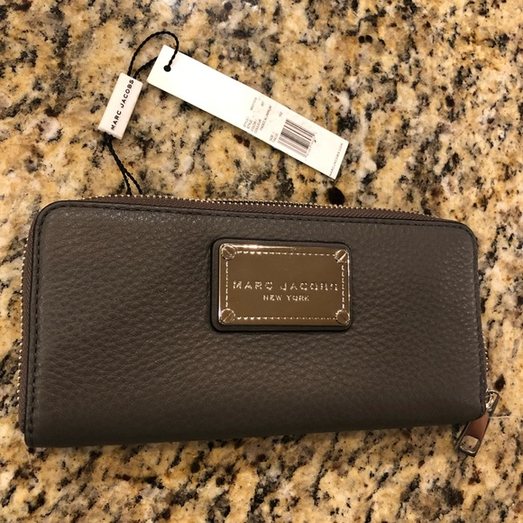 Marc Jacobs Handbags - NEW Marc Jacobs Accordion Zip Leather Wallet